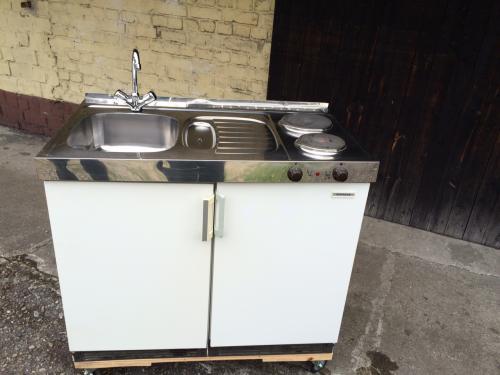 Spüle mit Warmwasserboiler und Kühlschrank